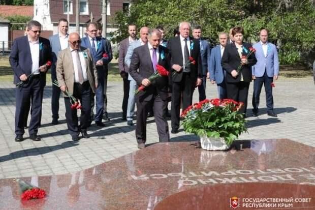 Владимир Константинов возложил цветы к Мемориалу жертвам депортации из Крыма