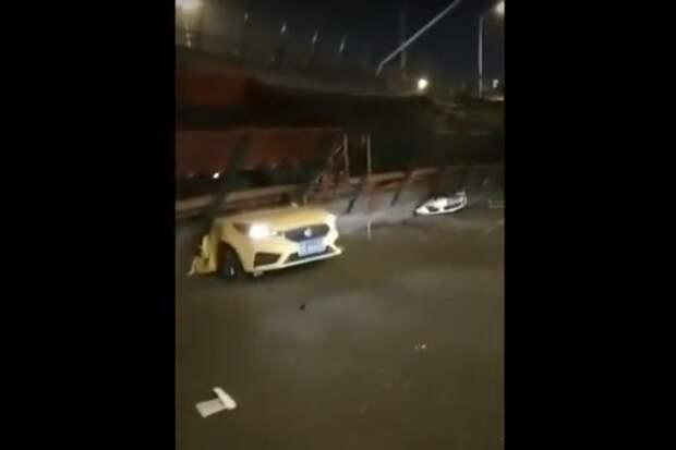 В Китае обрушился мост и раздавил три автомобиля с пассажирами