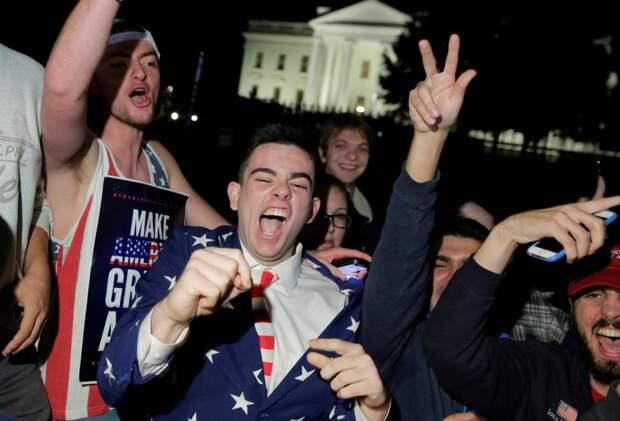 Сторонники кандидата на пост президента США Дональда Трампа ликуют возле Белого дома в Вашингтоне после оглашения результатов голосования, 9 ноября 2016 года.