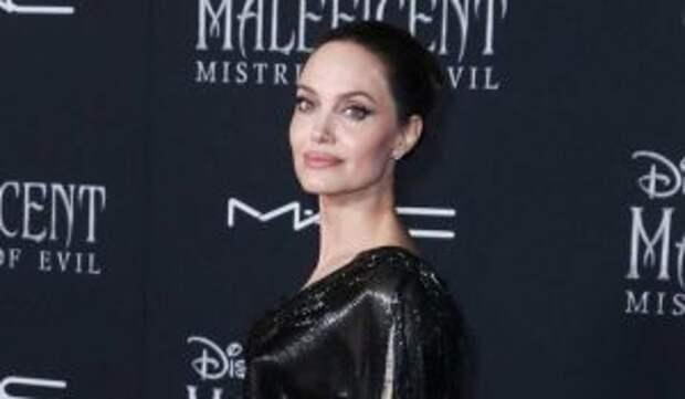 «Чувствовала ее на ноге»: пчелы облепили парализованную от страха Джоли