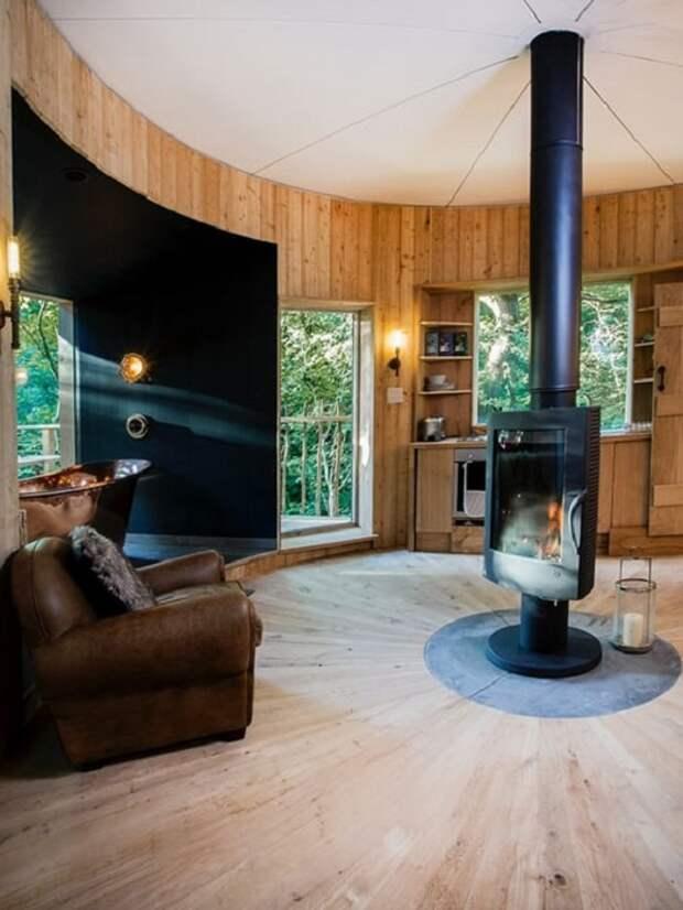 Дом на дереве Woodsman's Treehouse. Гостиная.