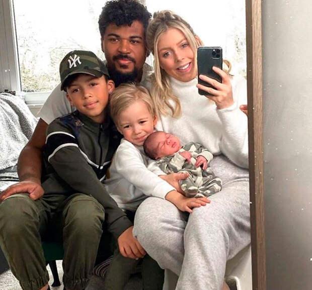 Межрасовая пара воспитывает детей с разным цветом кожи, а недавно у них родился еще одни малыш