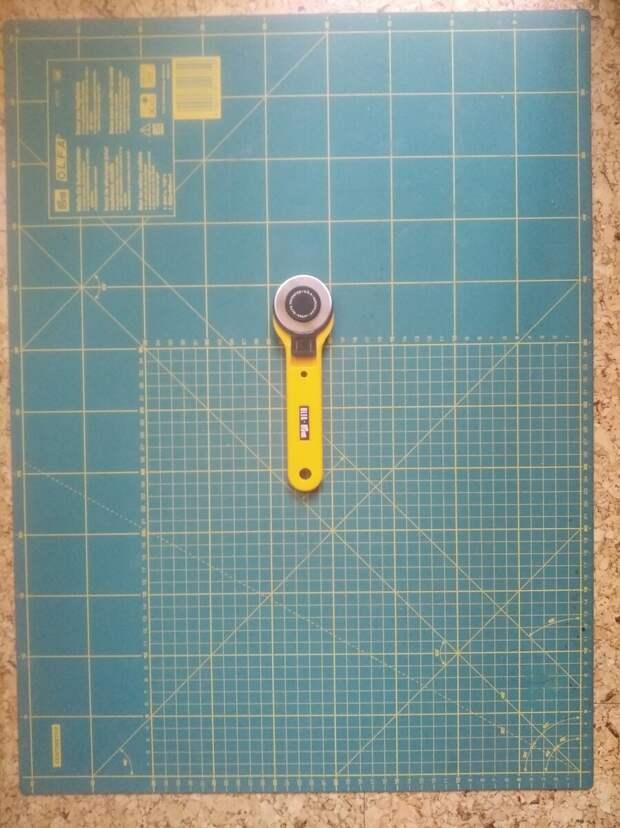 Такой коврик больше по размеру и на нем много полезных разметок. Еще есть такие ножи со сменными дисками разных размеров.