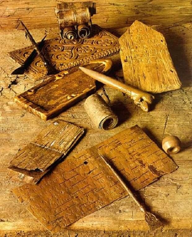 Инструменты и материалы для создания берестяных грамот / Фото: tellerreport.com