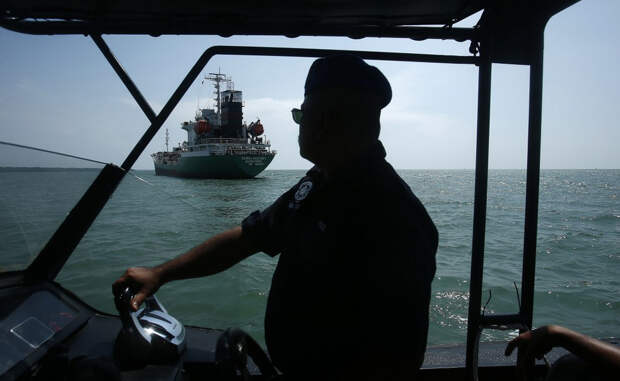 Малаккский пролив Нападений за год: 36 Два года назад, 23 апреля 2014 года, обнаглевшие пираты угнали нефтяной танкер прямо с территории Порт-Кланг, неподалеку от столицы Куала-Лумпур. Морская полиция отбила корабль, но не сумела спасти десятерых членов экипажа.