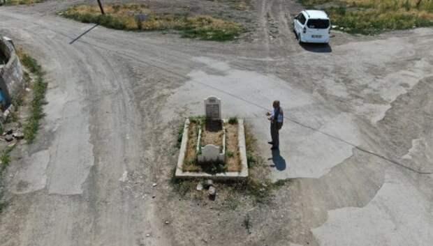 Мистическая могила посреди дороги в турецком городе вызывает много вопросов