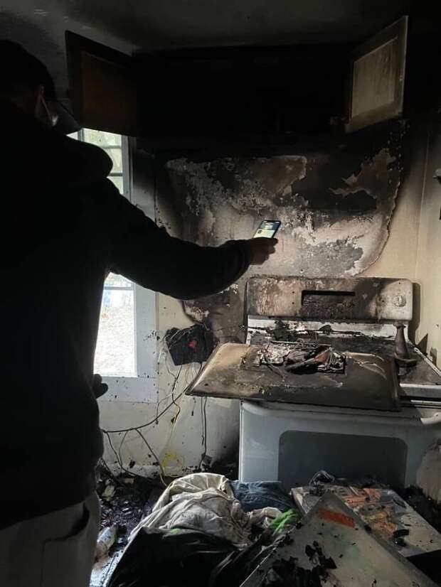 Бездомный мужчина бросился в горящее здание приюта, чтобы спасти животных