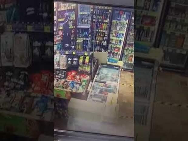 В Тюмени сотрудник ДПС ушел из магазина, не заплатив за пиво и энергетик (видео)
