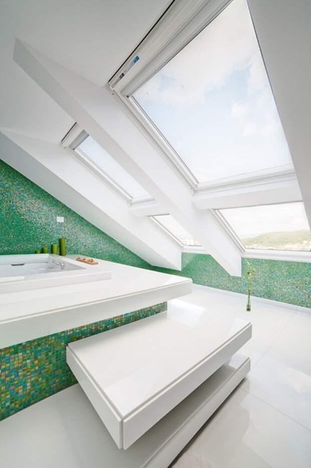 Красивое оформление ванной комнаты в бело-зеленых тонах, что разместилась под чердаком, что выглядит очень достойно.