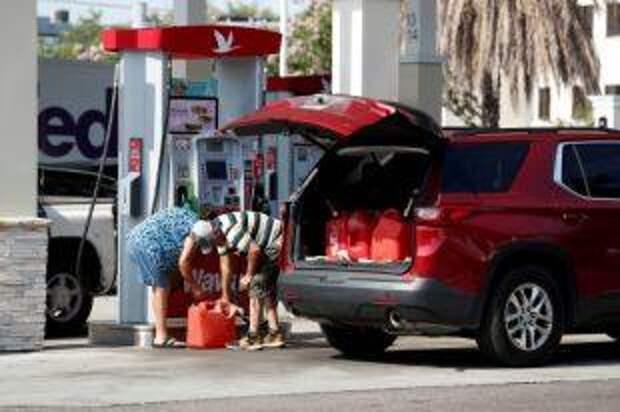 Жителей США призвали не набирать бензин в пластиковые пакеты