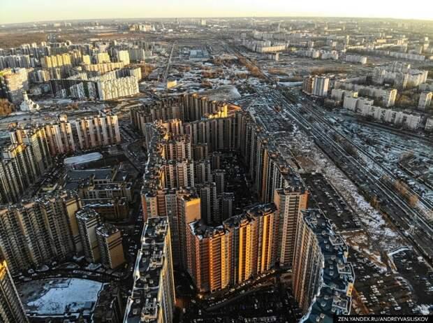 35 подъездов, 3708 квартир и огромная парковка вместо двора