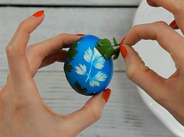 Красим яйца на Пасху в чулках. Шаг №5