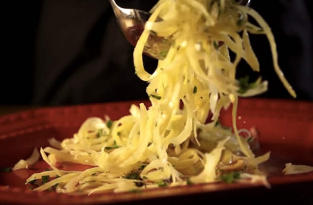 Обычная картошка надоела: теперь добавляем сыр и смешиваем с колбасой