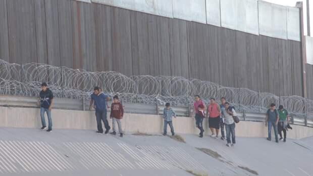 Житель Техаса выкупил часть границы и не мешает мигрантам попадать в США