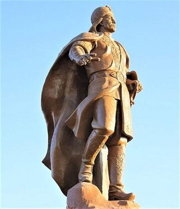 Памятник Джелал ад-Дину Мангуберди, установленный в Ургенче.