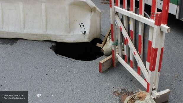Яма на дороге в Калининграде без труда поглотила иномарку