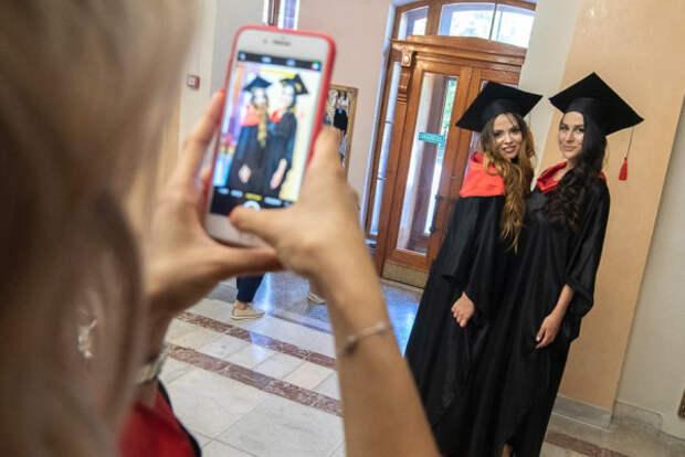Врио губернатора Севастополя вручил красные дипломы лучшим выпускникам СевГУ