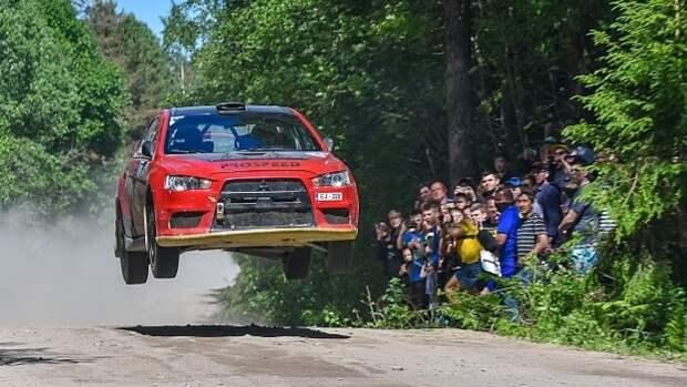 Зрителей ралли в Ленобласти едва не раздавило гоночной машиной после заноса