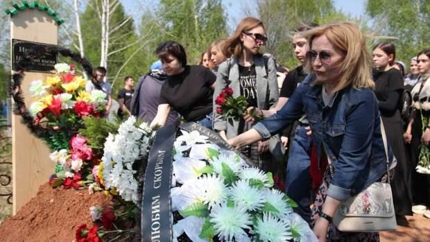 Бастрыкин почтил память погибших при стрельбе в казанской гимназии