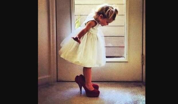 Мама включила музыку и увидела как ее маленькая дочка прекрасно танцует