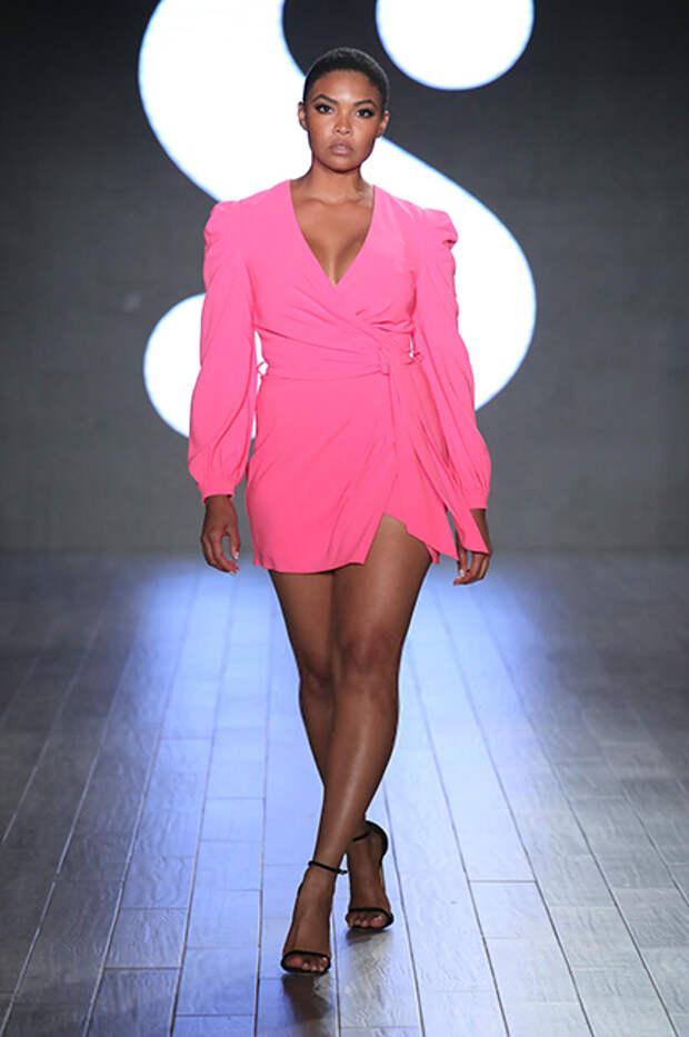 Серена Уильямс вышла на подиум с дочерью на показе своего модного бренда