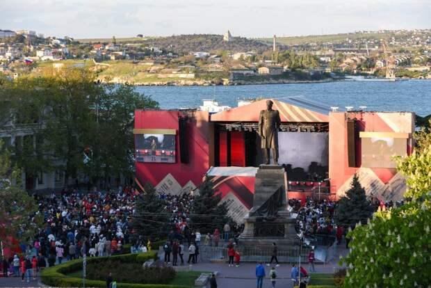 На площади Нахимова прошел концерт ко Дню Победы