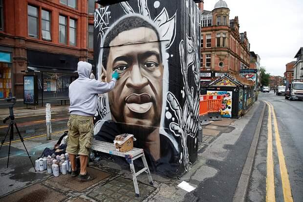 Уличный рисунок с портретом Джорджа Флойда, который для протестующих - главный символ движения. Фото: REUTERS