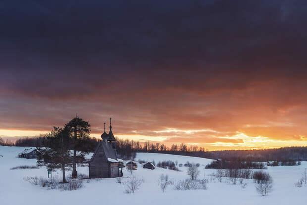 Часовня Сошествия Святого Духа XVIII века очень любима фотографами и художниками. Она расположена между двух деревень на берегу озера, высокая крыша и две соседние сосны подчеркивают ее красоту.