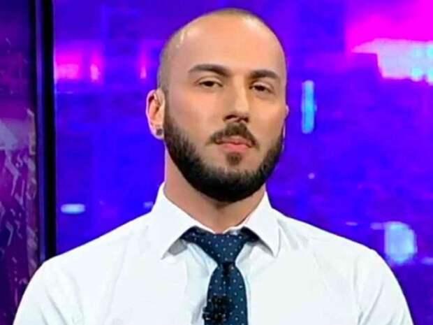 «Злой петушара Георгий»: на дом оскорбившего Путина журналиста повесили позорную табличку