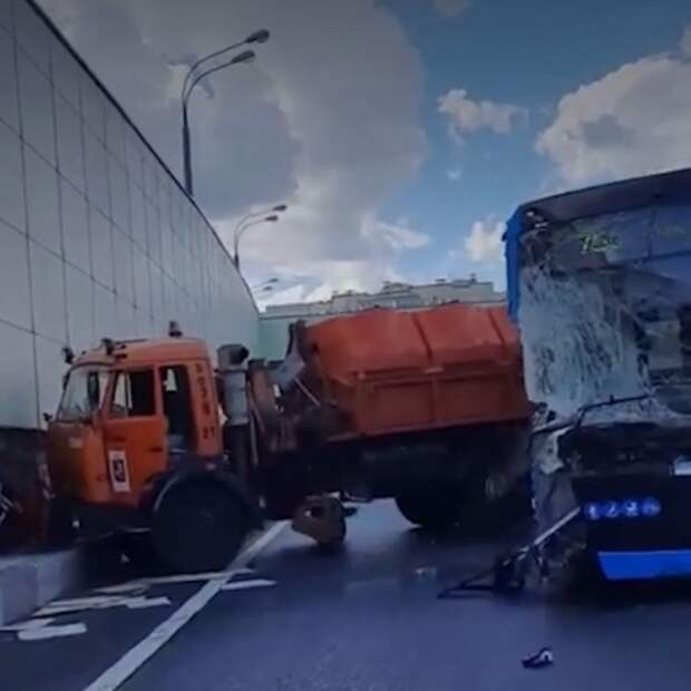 В Чехии столкнулись два поезда, а в России - автобус с грузовиком
