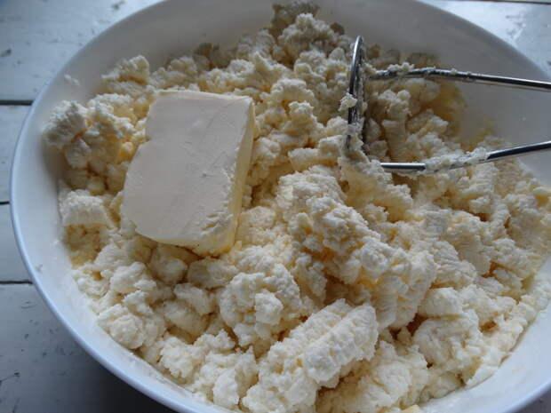 Мои фирменные пирожки, как беляши. Но тесто лучше. Кажется, что мясная начинка укутана в запечённом сырерожки. Тесто такое, что кажется, что мясная начинка укутана в запечённом сыре