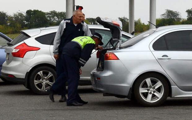 Инспектор решил досмотреть багажник – кто должен вытаскивать вещи?