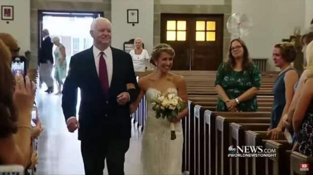 Невесту к алтарю провел мужчина, которому пересадили сердце ее отца