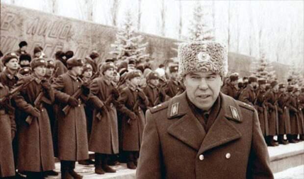 12 декабря 1995 года. Волгоград, Мамаев Курган. Генерал Лев Рохлин награждает офицеров и солдат, прошедших первую чеченскую кампанию СССР, прошлое, фото