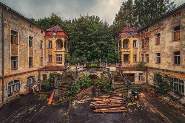 14 атмосферных фото заброшенных мест: от Крымской АЭС до Припяти