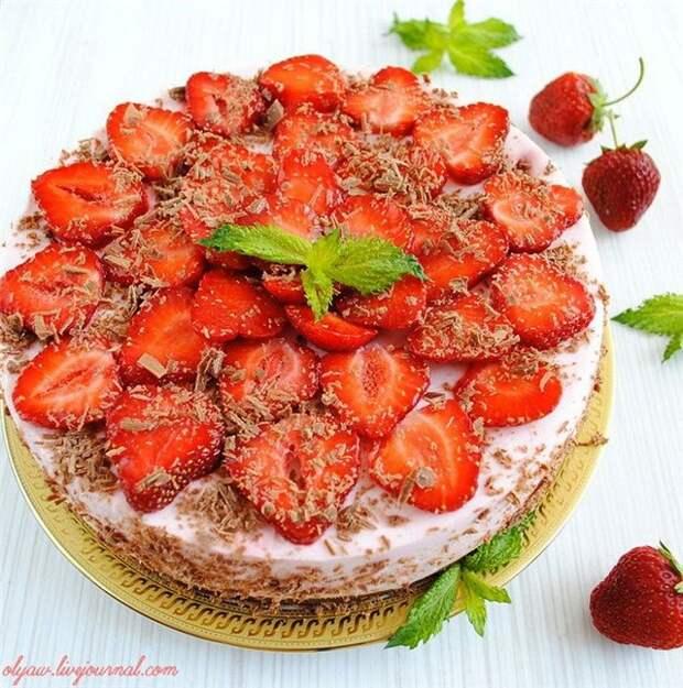 Клубничный торт без выпечки