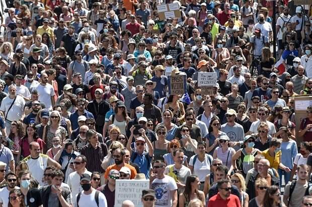 Франция: массовые протесты против обязательного вакцинирования и санитарного пропуска