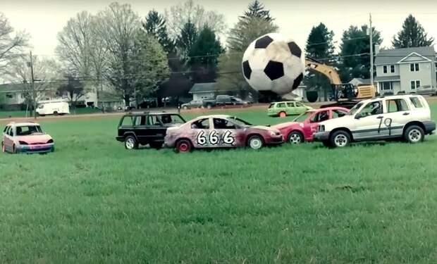 Видео: Игроки на машинах, а вратари на экскаваторах — как играют в футбол на колесах