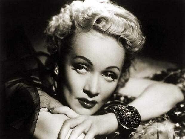 Несколько пикантных снимков самых красивых женщин ХХ века. Любуемся, друзья.
