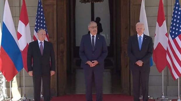 Путин и Байден обменялись рукопожатиями при встрече
