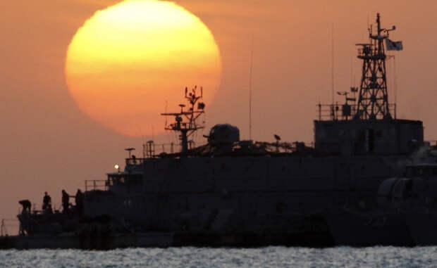 Желтое Северное море Нападений за год: 16 Южная Корея вынуждена держать специальный отряд для борьбы с местными пиратами. У этих морпехов есть даже собственная плавучая база, роль которой выполняет модернизированный линкор.