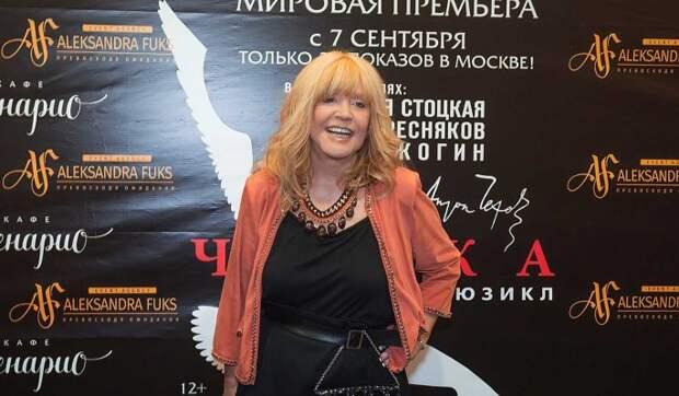 71-летняя Пугачева в короткой юбке задрала ногу перед известным артистом