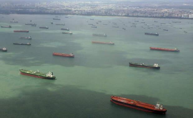 Сингапурский пролив Нападений за год: 60 Через Сингапурский пролив проходят сразу несколько торговых путей, чем и привыкли пользоваться пираты. Многочисленные шайки воспринимают все местные суда своей законной добычей и охотно вступают в бой с вооруженными морскими пехотинцами.