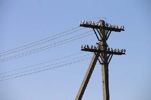Повисший наэлектрических проводах столб наводит страх нажителей Тамбовского района
