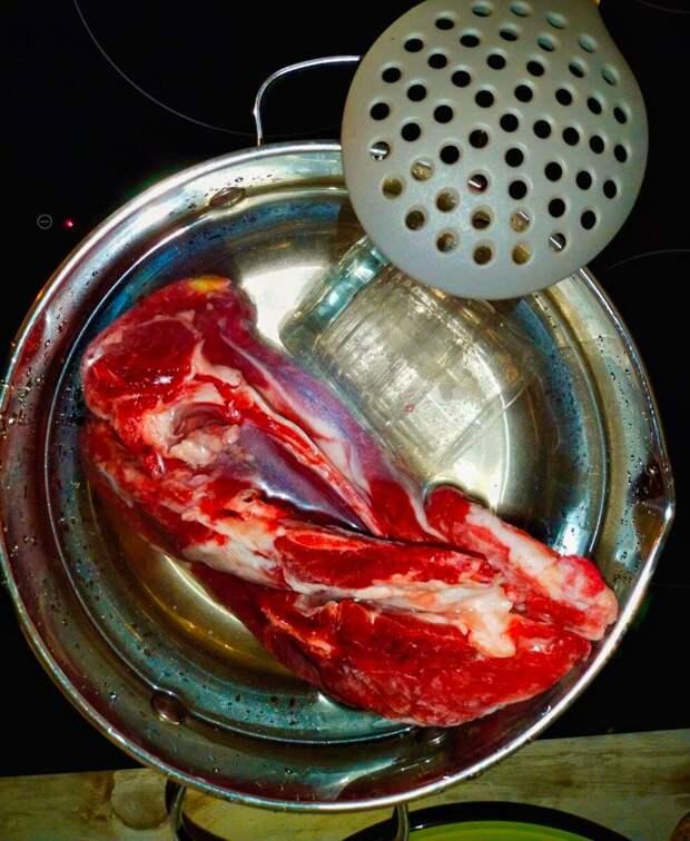 Для чего при варке мяса в кастрюлю кладут стакан или хрустальную рюмку: старинная поварская хитрость