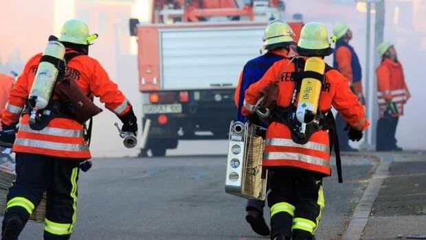 Сильный пожар обрушил два дома в Екатеринбурге