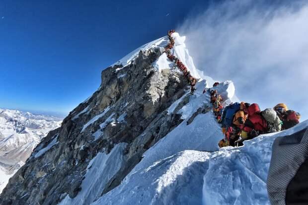 Толпы туристов покоряют Эверест ежегодно