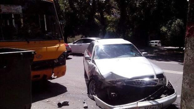 ДТП в Крыму: «Ауди» врезалась в переполненный автобус – есть пострадавшие (фото)