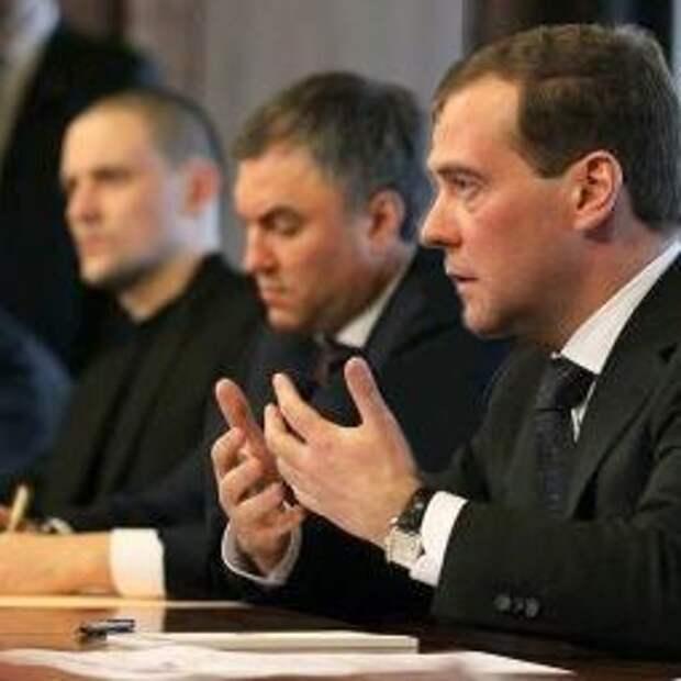 """Путину и Медведеву нельзя вчинять иски о моральном вреде, они же """"при исполнении"""""""