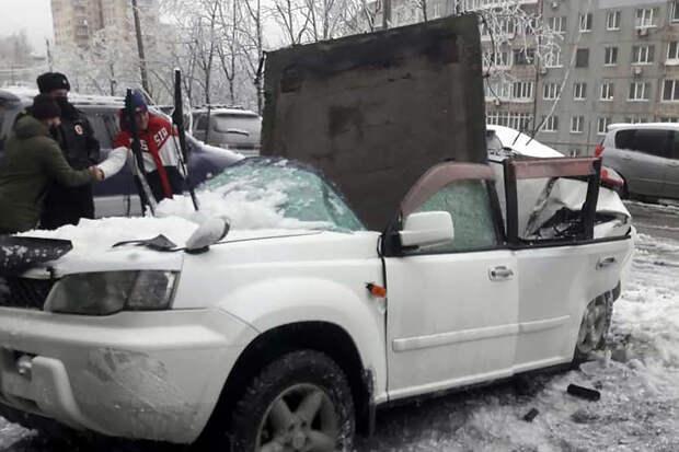 Владелец автомобиля чудом избежал смерти от упавшей бетонной плиты